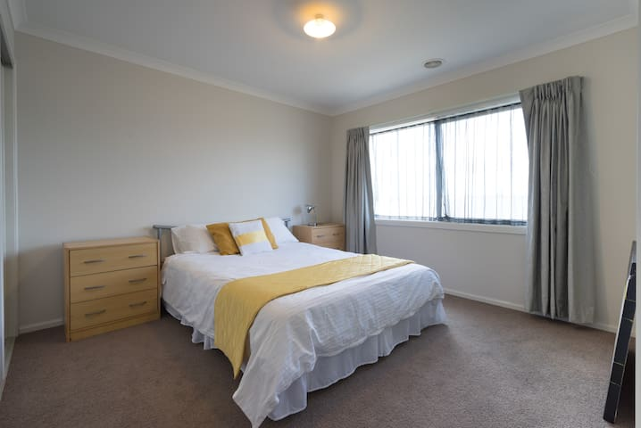 Clean and tidy  attractive - Cranbourne North - Aamiaismajoitus