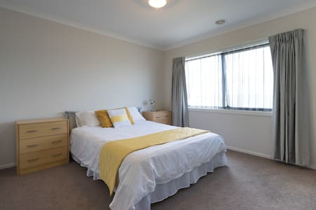 Clean and tidy  attractive - Cranbourne North - Bed & Breakfast