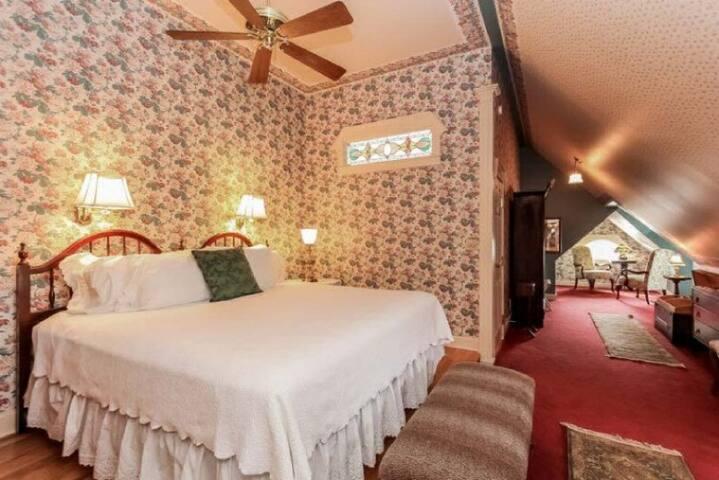 The Dewey Hotel Suite - Yelton Manor Bed & Breakfast