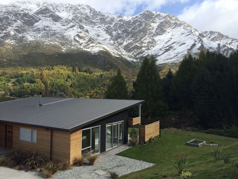 """Can't fault this place, we found it a far superior option to a cramped apartment in town. It's only an 8 min drive to Queenstown or a short walk to the Shotover River for your jetboat ride"" Lisa *****"