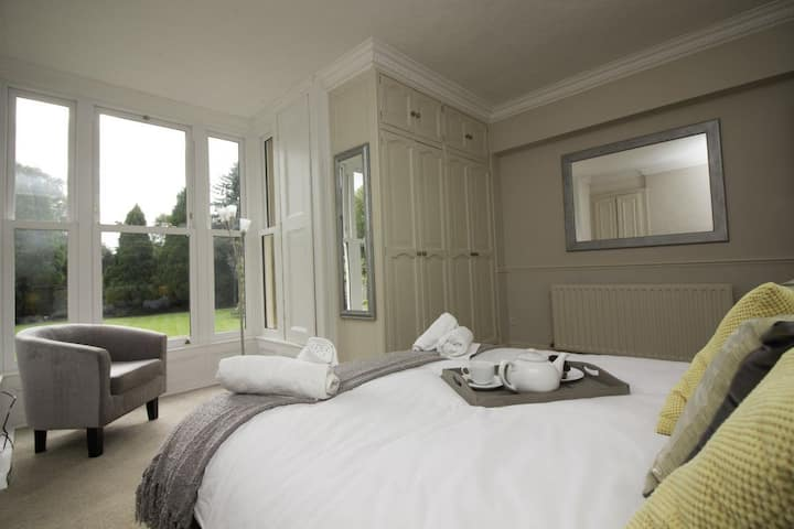 The Beeches Apartment 1; Garden View, 2 bedroom apartment near Chatsworth