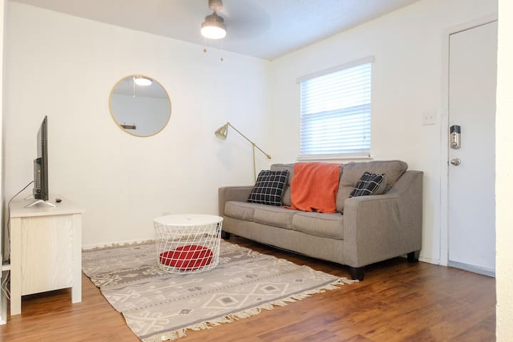 Clean Condo near Downtown & UT with huge pool