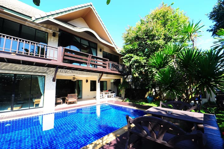 4 Bedroom Tropical Villa For Rent in  Pattaya