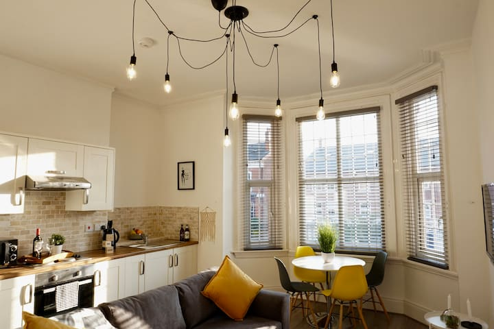 Bright Apartment - Sleeps 4 - Walk to Moseley - w/ Parking - 10 mins City Centre