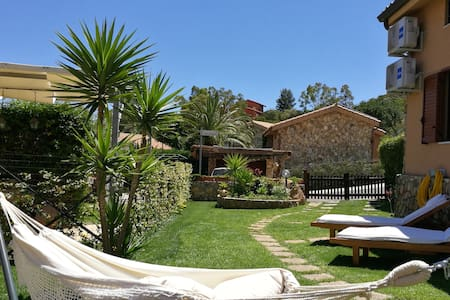 Charming cosy house (a/c) 11min walk from paradise