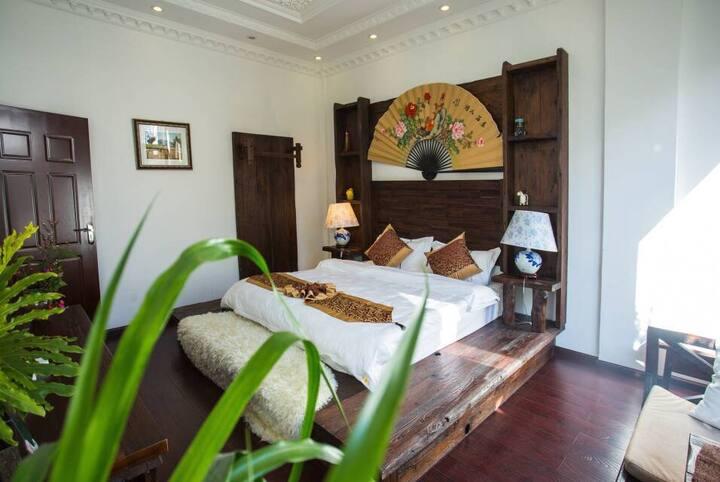 花园豪华套房:穿过花园进入房间,72平方米,落地玻璃窗,邻近大理古城最热闹的南城门。