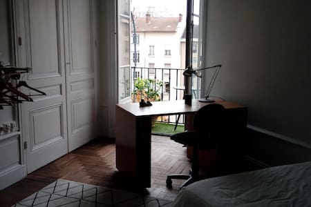 chambre avec salle de douche privative et balcon - Lyon - Daire