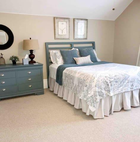 Great in town location Comfortable 2 bedroom upper