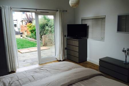 SELF CONTAINED CABIN - FAST TRAINS TO LONDON - West Wickham