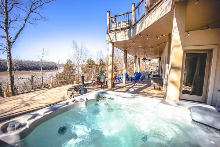 Luxury Lakefront, Hot Tub, Game Room & 5 Masters