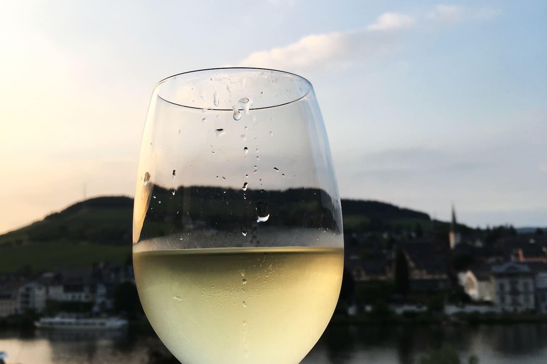 Ein Glas Wein auf der Terrasse genießen!