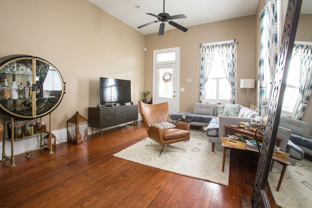 One block from parade route cozy uptown suite houses for Best private dining rooms new orleans