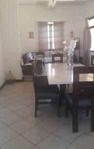 Maison entière ou chambre avec petit dèjeuner