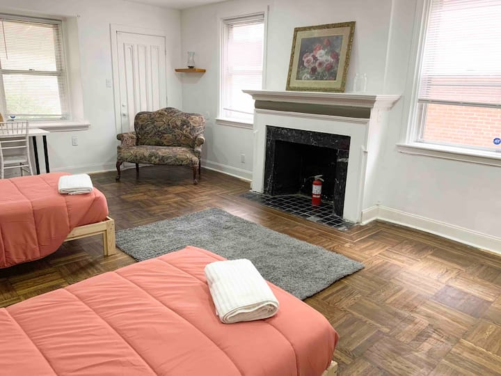 2 single beds w/easy access to Comcast/Center City