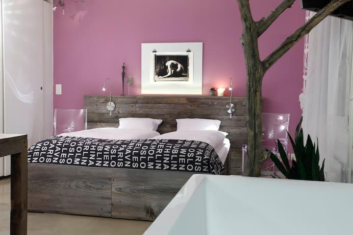 Lila Zimmer mit Doppelbett ( zwei Einzelbetten)