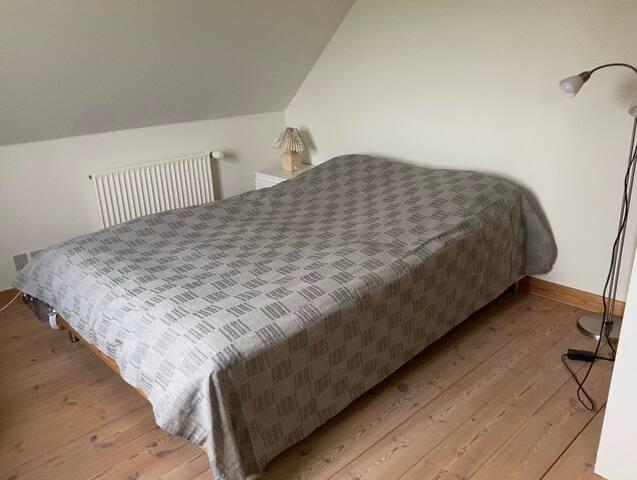 Hyggeligt stort, lyst værelse tæt på Århus (3 prs)