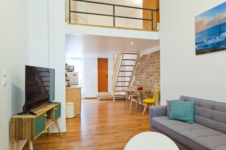 high cellings Beautiful loft, self check in, strong aircon, 2 bikes included!