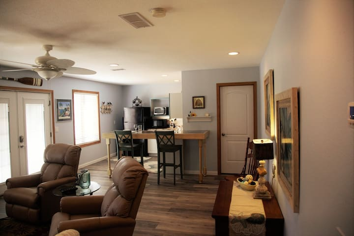 A 1 bedroom, walk out lower level. - Hot Springs Village - Apartment