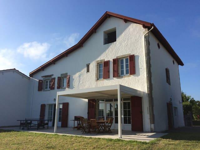Grande maison Basque face à l'Adour