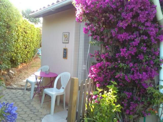 Studio indépendant dans villa au calme.