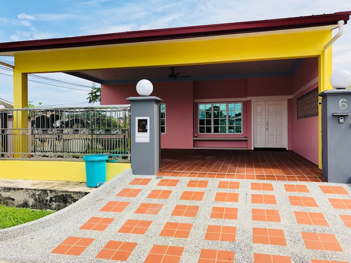 Rainbow House - Your Perfect Spacious Family Home!