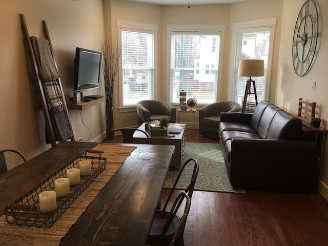 Newly Renovated Flat- All Chicago Access, Sleeps 6 - Chicago - Rumah