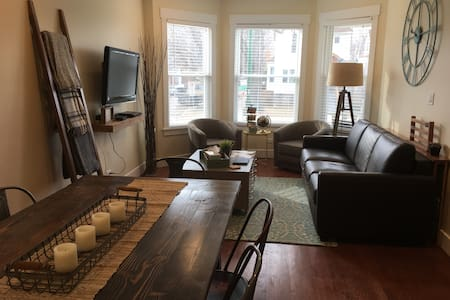 Newly Renovated Flat- All Chicago Access, Sleeps 6 - Chicago - Casa