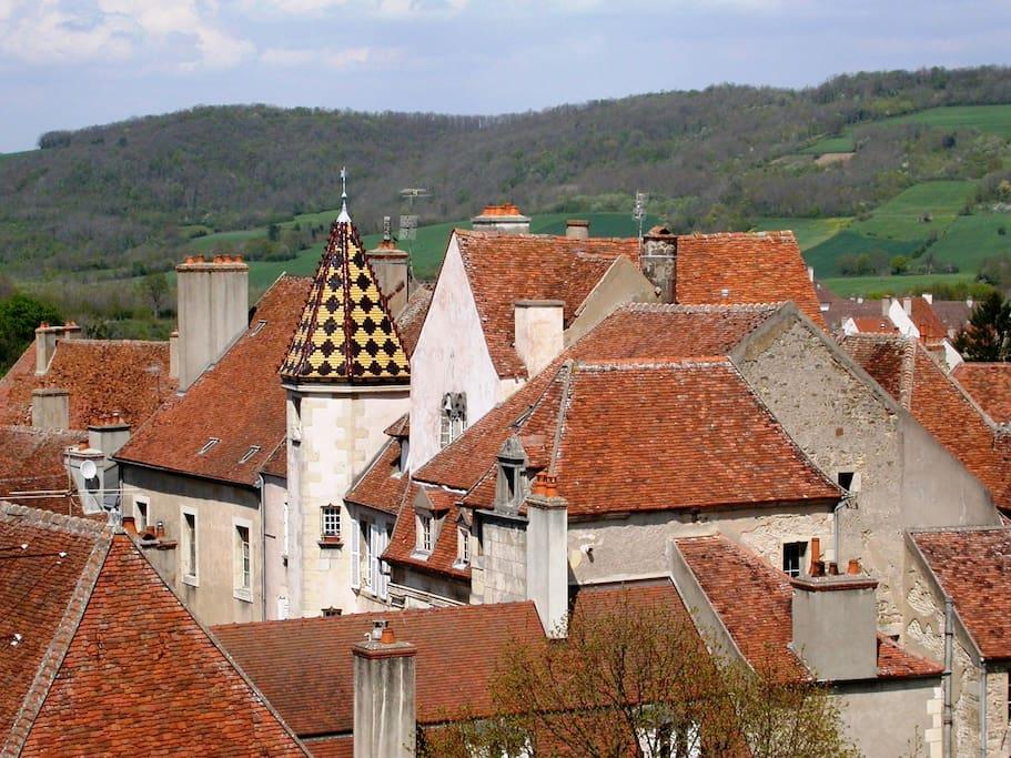 Vue des toits de Semur en particulier du toit du Logis des Gouverneurs