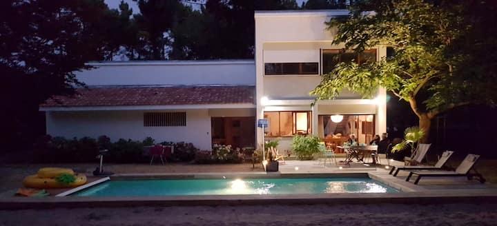 Villa entière avec piscine. Plages à pied.