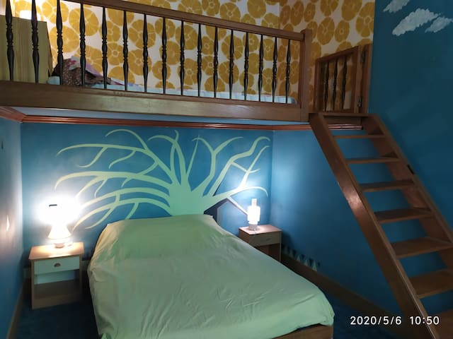 La chambre bleue dans la grande villa