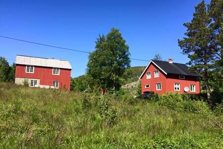 Koselig feriehus på landet, nær sjø og lakseelv