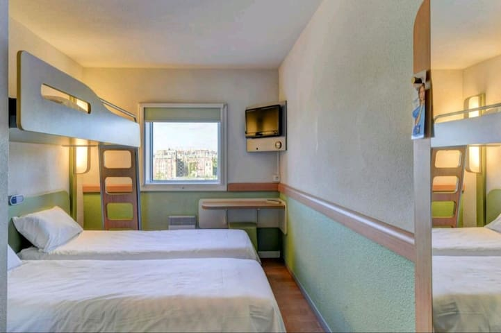 Comfy room for 3 people in Paris