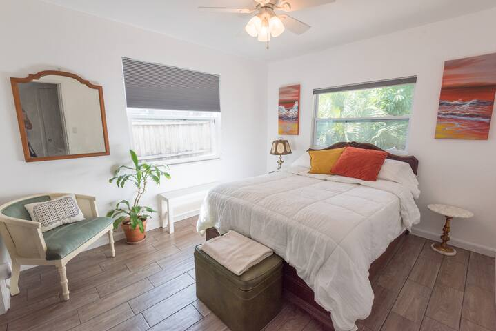 Peaceful, cozy bedroom near downtown St. Pete