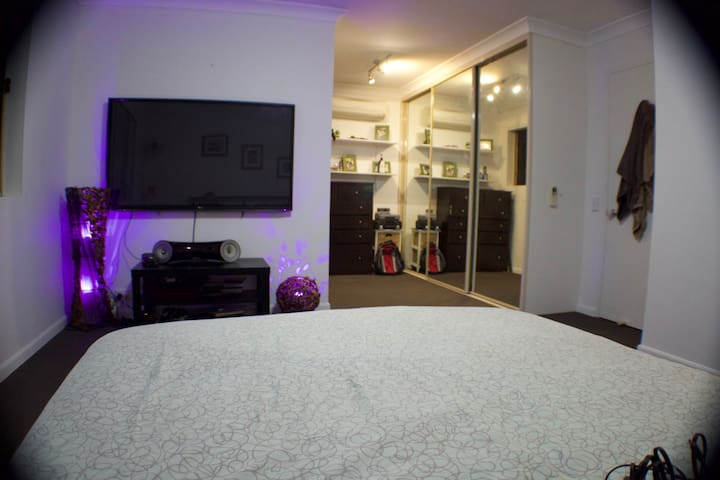 Huge room Perfect for a couple - Ashfield - Townhouse