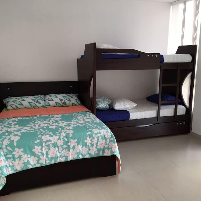 Alcoba con 4 camas