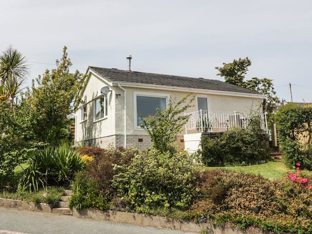 SEA VIEW, family friendly, with open fire in Benllech, Ref 973908