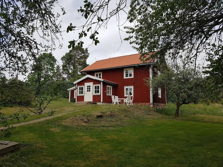 1800-talshus nära sjö.