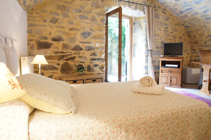 Charming Ardèche 18th Century B&B Koru Room - Vesseaux - 家庭式旅館