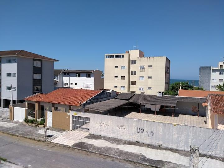 Casa ampla em rua tranquila a 100 mts da praia