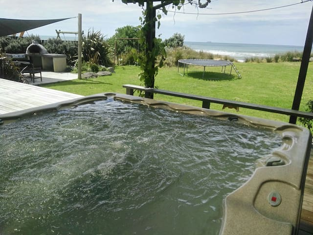 Outdoor Pizza oven + Spa - Beachfront Kiwiana