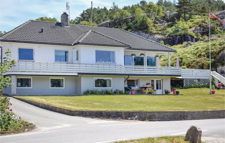 Holiday apartment with 2 bedrooms on 65m² in Hellvik