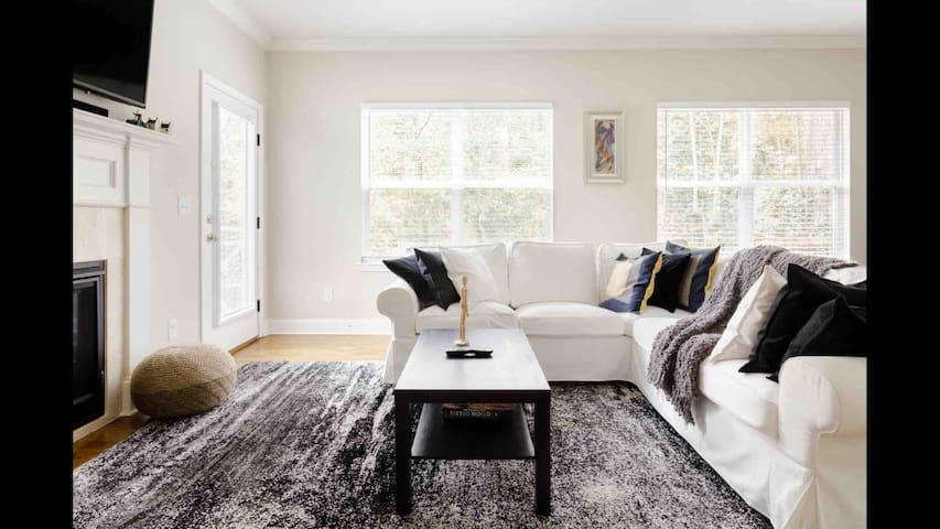 Clean & Modern Treetop Getaway Home