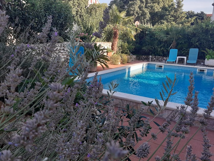 App Yellow in villa with swimming pool