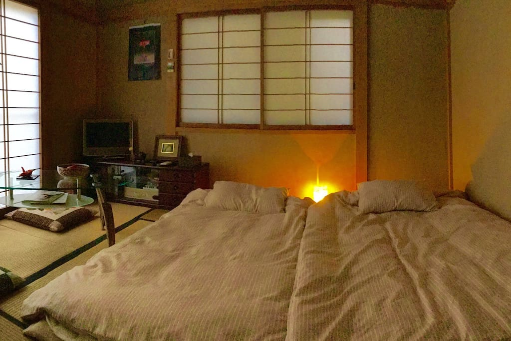 Relax in a Japanese Tatami style room  for two.  With comfortable and clean futons. The room is separated from the main house to give you privacy.
