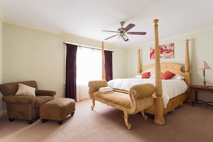Historic House - King Suite with Private Bathroom