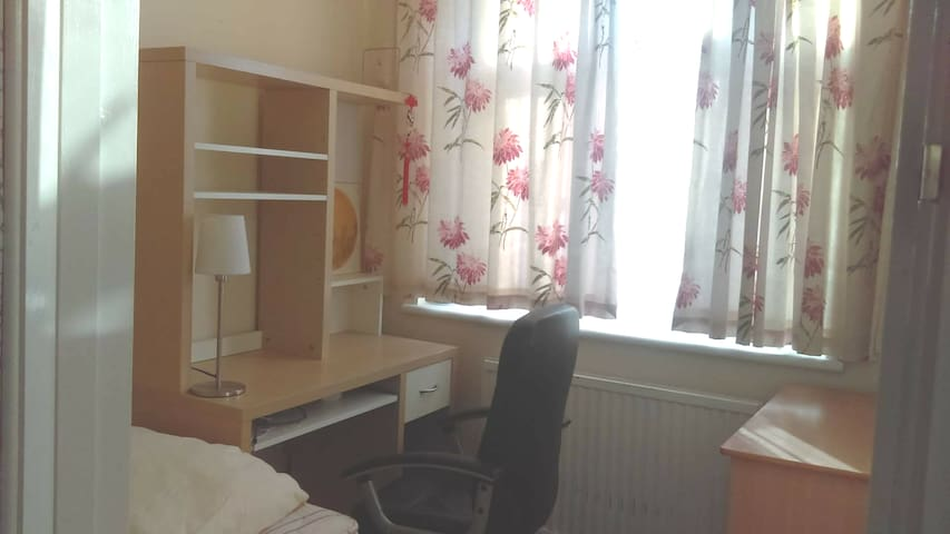 Private single room in Woodford near station