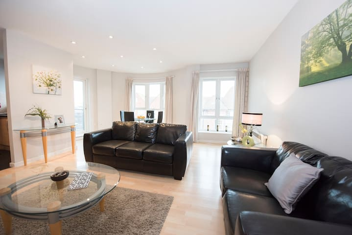 Modern & comfortable Town Centre apartment (R1)