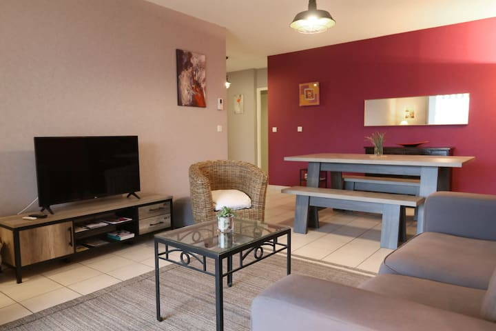 BRIGHT APARTMENT WITH BALCONY IN CALUIRE-ET-CUIRE, NEAR LYON, FOR 6 PEOPLE.