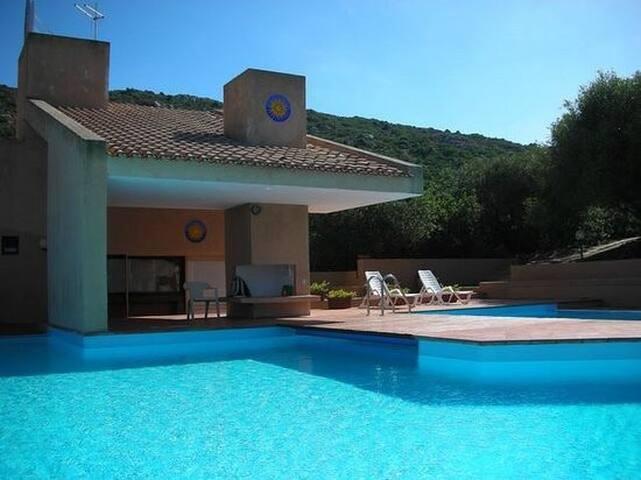 Villa in costa smeralda olbia village con piscina for Centro divani olbia