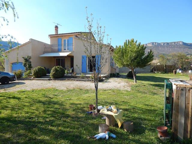 Maison spacieuse au coeur de la Drôme provençale - La Motte-Chalancon - Vacation home